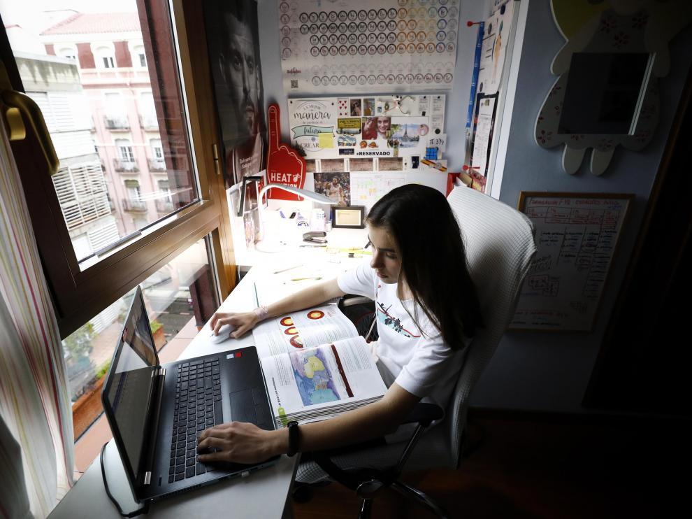Una estudiante de Zaragoza sigue las clases 'online' desde su casa.