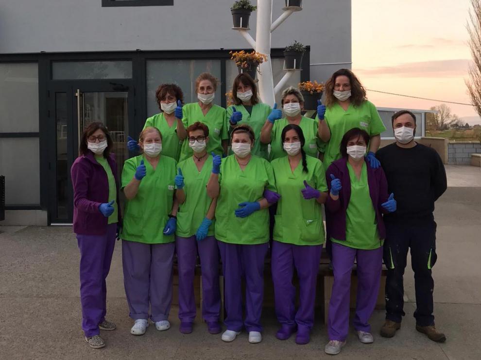 Foto de equipo a las puertas del centro, donde no se ha registrado ningún caso de coronavirus.