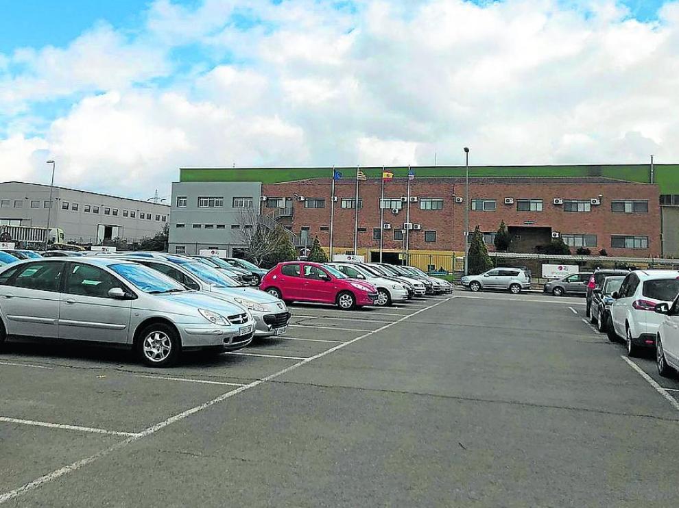 El aparcamiento de Pyrsa, en Monreal del Campo, repleto de coches de los trabajadores.