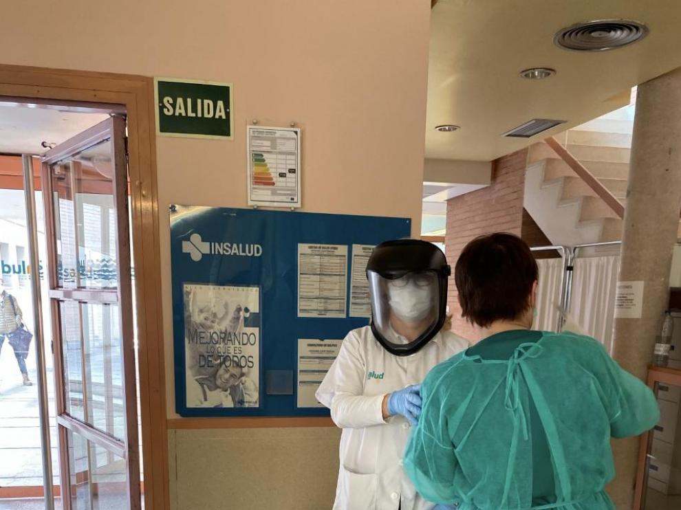 Varios profesionales sanitarios del Centro de Salud de Utebo con los trajes de protección que se han fabricado para protegerse del coronavirus.