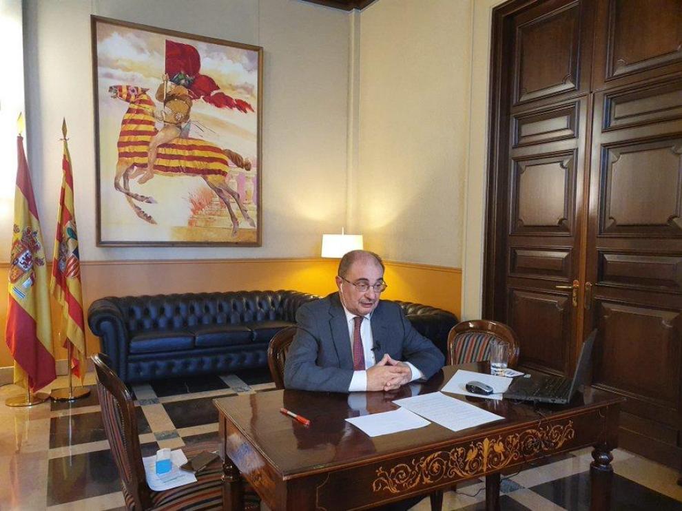 Lambán, durante la entrevista con Aragón TV