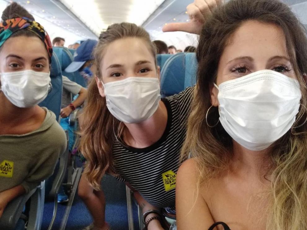 Las tres amigas zaragozanas atrapadas por el coronavirus en Cebú (Filipinas) en el vuelo de Manila a Doha.