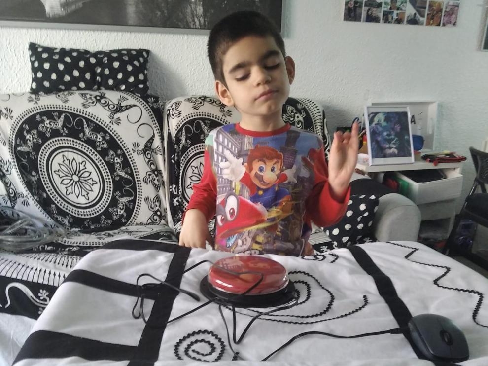 Lizer, de 7 años, juega en su domicilio de Zaragoza durante la cuarentena por coronavirus.