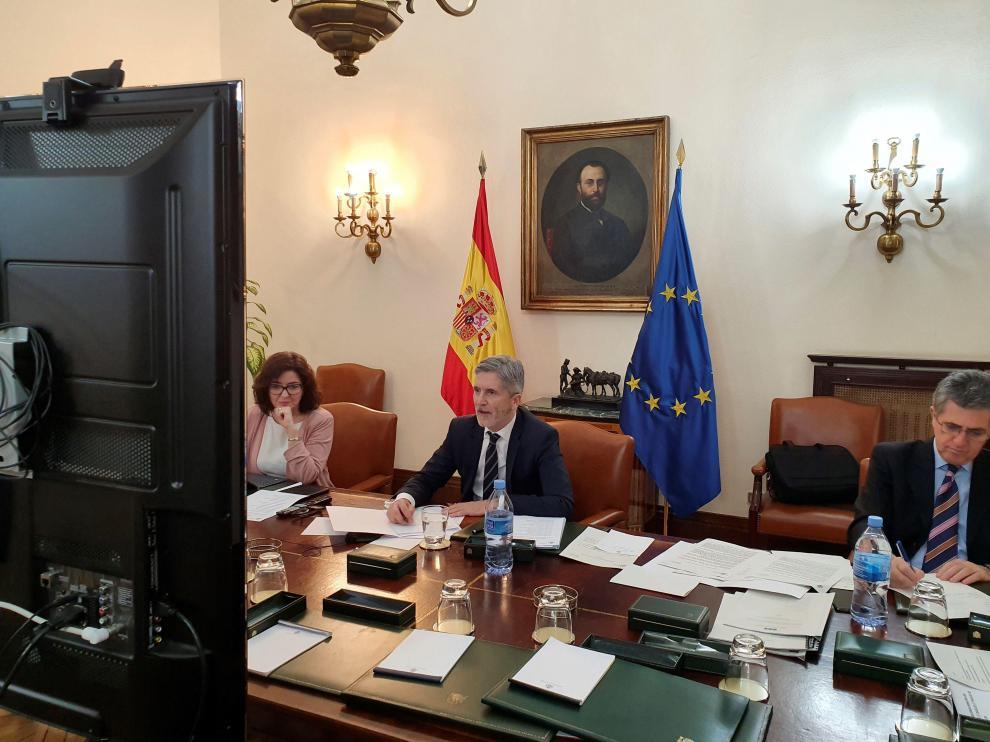 Marlaska (c) preside la reunión por teleconferencia con el comité de coordinación de Protección Civil.