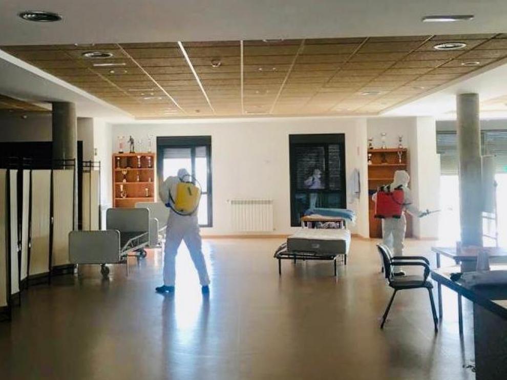 Militares de la UME desinfectando el interior de la residencia este jueves a primera hora.