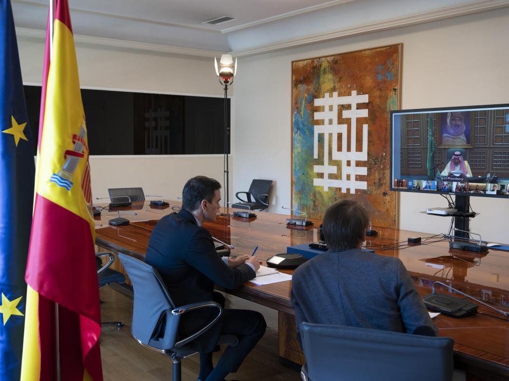Pedro Sánchez participa telemáticamente en la reunión del G-20 desde la Moncloa.