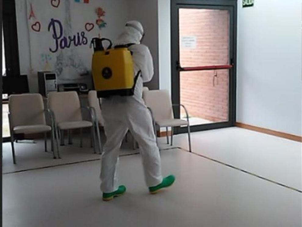 Un militar de Pontoneros desinfecta una zona del centro de Aspace, en Zaragoza.