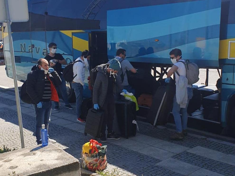 El grupo de trabajadores portugueses al subirse al autobús para regresar a su país.
