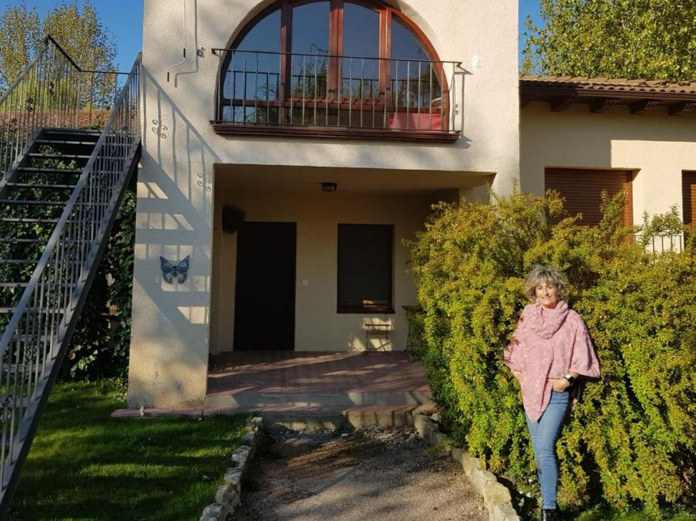 Yolanda Corral, frente a la casa de turismo rural de Ayerbe que ofrece al personal sanitario y de emergencias.