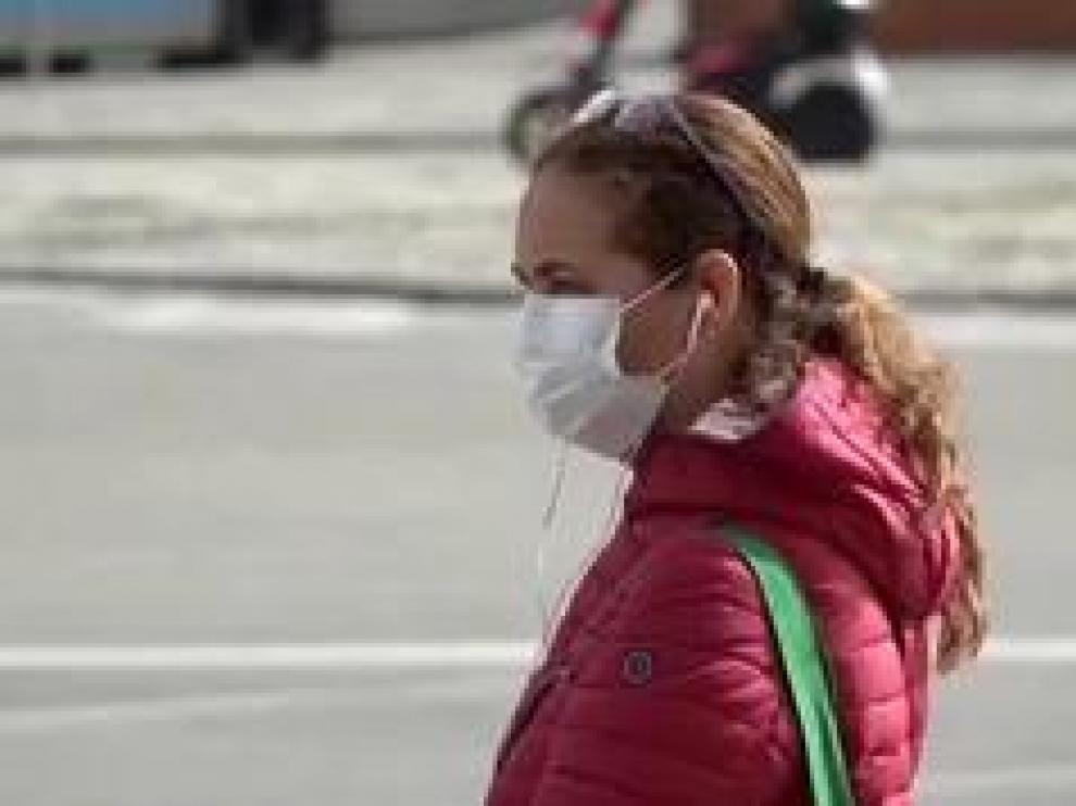 Vamos conociendo, progresivamente, más acerca de cómo se puede contagiar el coronavirus. Según la OMS el virus no se transmite a distancia por el aire, esto quiere decir, que no nos contagiamos por respirar en la calle o en el supermercado. Sino sólo a través del contacto con partículas respiratorias que genera una persona enferma al estornudar o al toser.