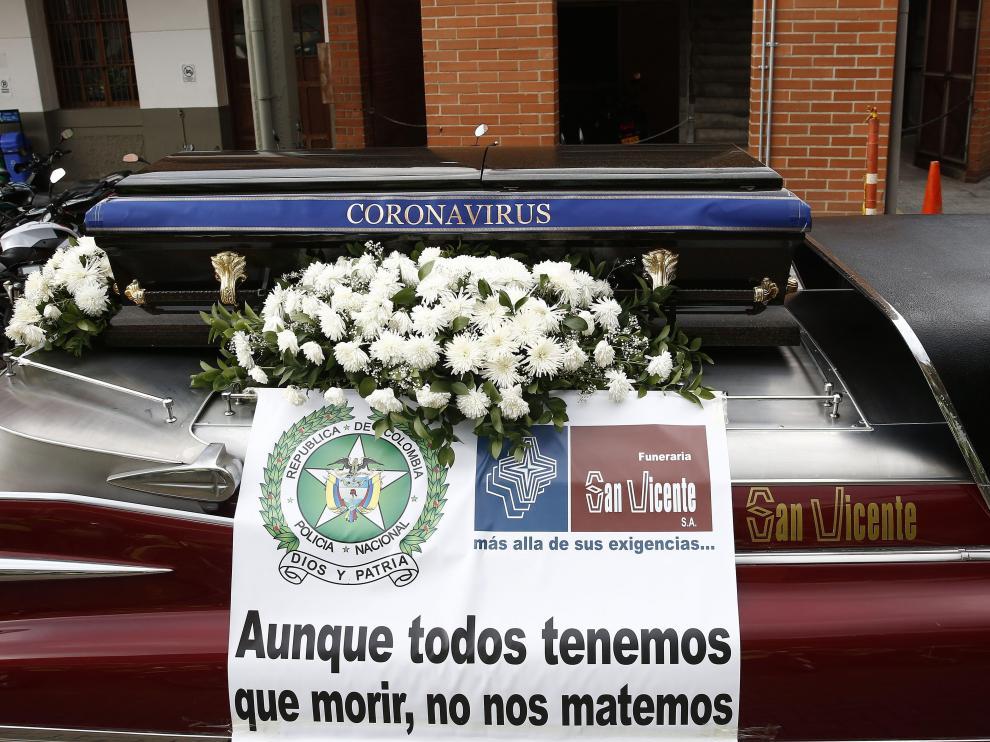 """Un coche fúnebre con un ataúd expuesto recorre las calles de Medellín para pedir a los colombianos de """"manera simbólica"""" que se queden en casa."""