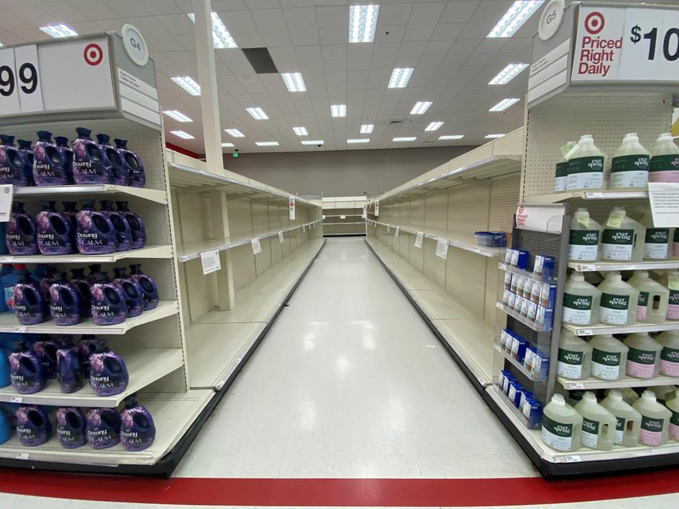 Un pasillo vacío de papel higiénico y pañuelos de celulosa en un supermercado de Encinitas, California, Estados Unidos.