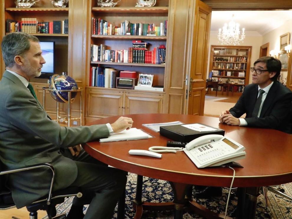 El Rey, este martes con el ministro de Sanidad, Salvador Illa.