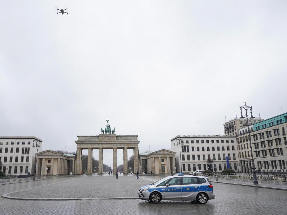 Un coche de la Policía alemana frente a la Puerta de Brandeburgo en Berlín.