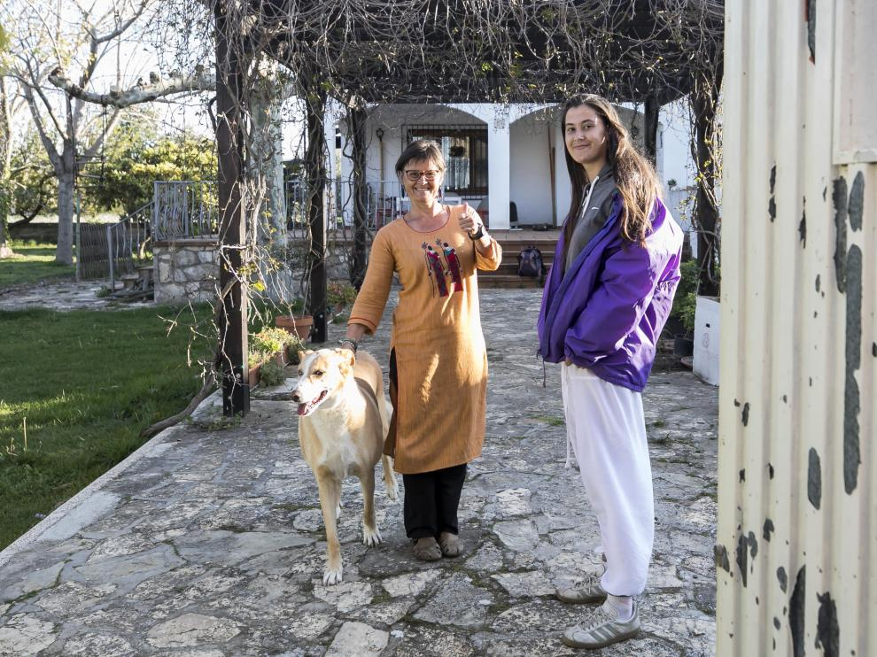 Chara y Celia junto a su perro Nesko recién llegadas este domingo a su domicilio en Peñaflor.