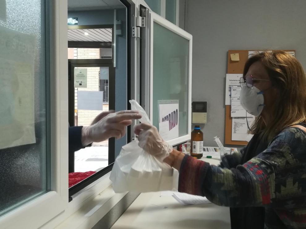 Cristina Carme entrega las dosis de metadona diluida en agua a un paciente