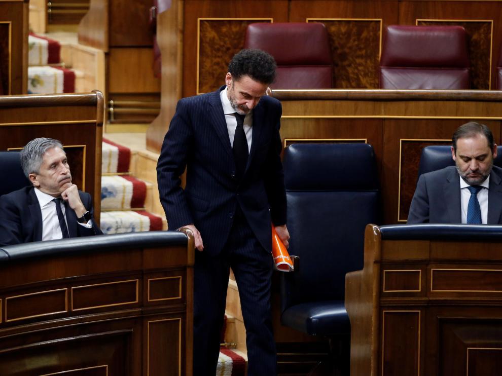 El diputado de Ciudadanos Edmundo Bal pasa ante los ministros José Luis Ábalos y Fernando Grande Marlaska este jueves en el pleno del Congreso.