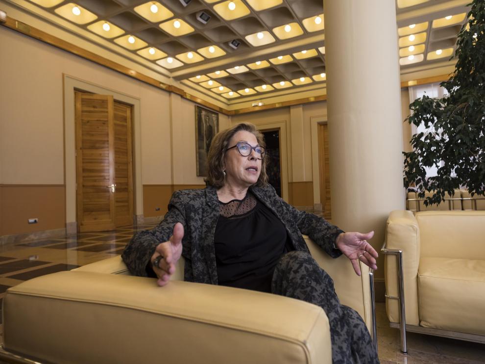 La consejera de Sanidad, Pilar Ventura, en un momento de la entrevista, el pasado jueves, en la Sala de Columnas de la DGA
