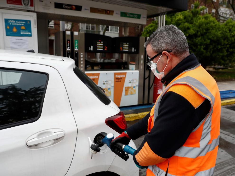Un empleado de una gasolinera de Madrid llena el depósito de un vehículo el pasado martes.
