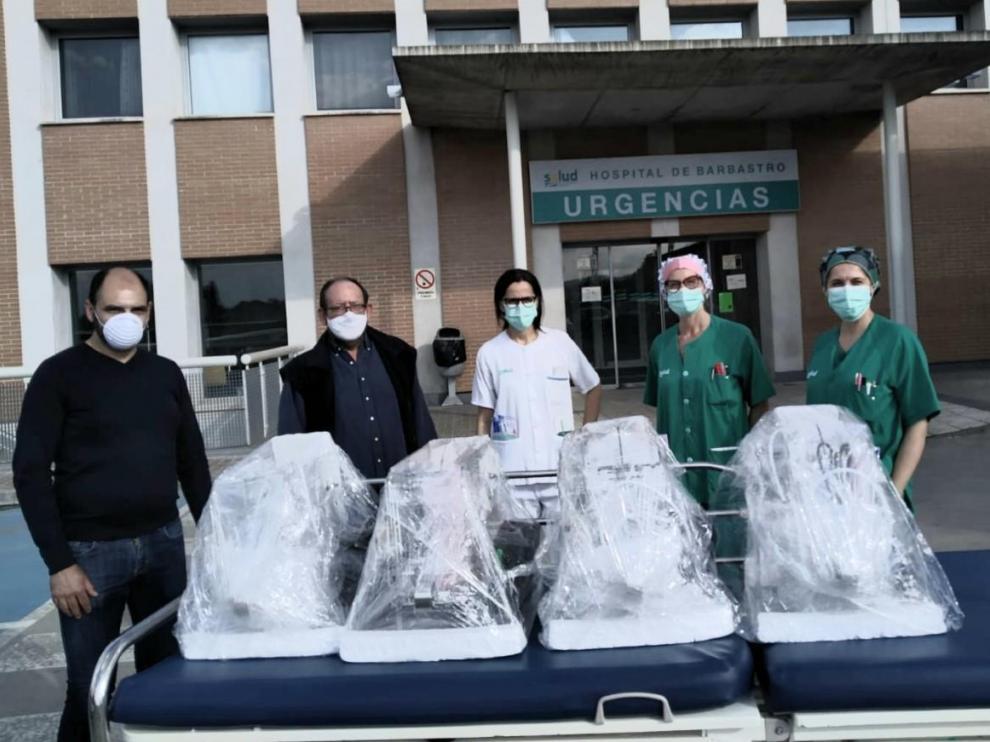 El alcalde de Barbastro, Fernando Torres, ha entregado este domingo los equipos donados al hospital de Barbastro.