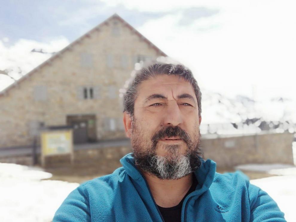 José Ángel, delante de 'su' refugio, en una soleada y solitaria mañana.