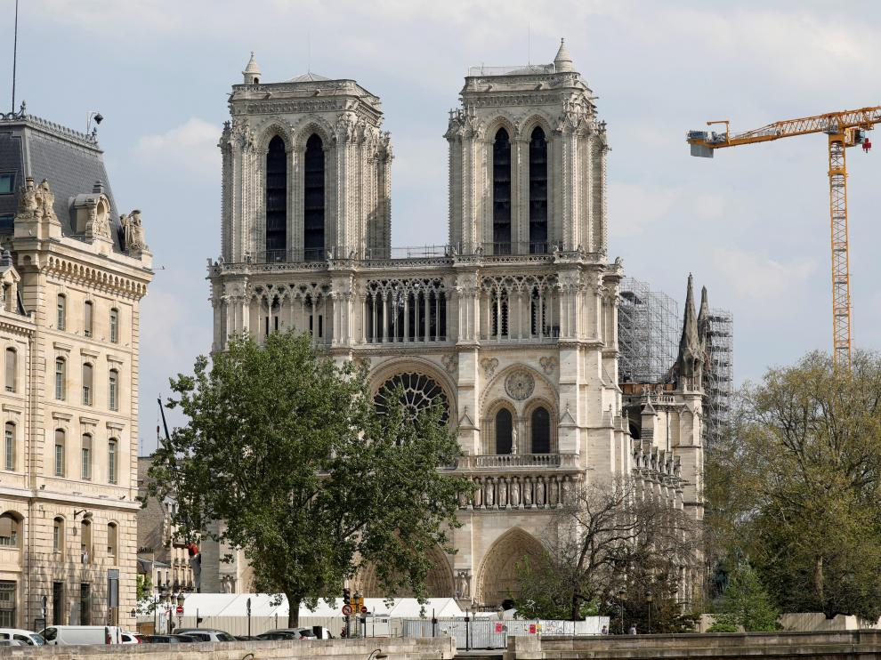 A view shows the Notre-Dame de Paris Cathedral, which was damaged in a devastating fire one year ago, as the coronavirus disease (COVID-19) lockdown slows down its restoration in Paris, France, April 13, 2020. Picture taken April 13, 2020. REUTERS/Charles Platiau [[[REUTERS VOCENTO]]] FRANCE-NOTREDAME/ANNIVERSARY