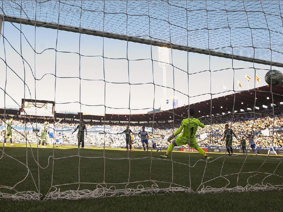 Preciosa imagen del momento del gol de Eguaras que supuso el 1-0 ante el Deportivo de La Coruña el domingo 23 de febrero en La Romareda. Ganó el Real Zaragoza 3-1 y fue el último partido en el estadio blanquillo hasta nueva orden.