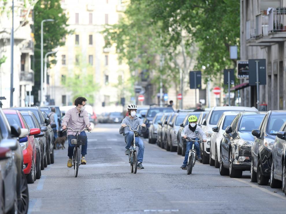 Una familia pasea en bicicleta en Milán.