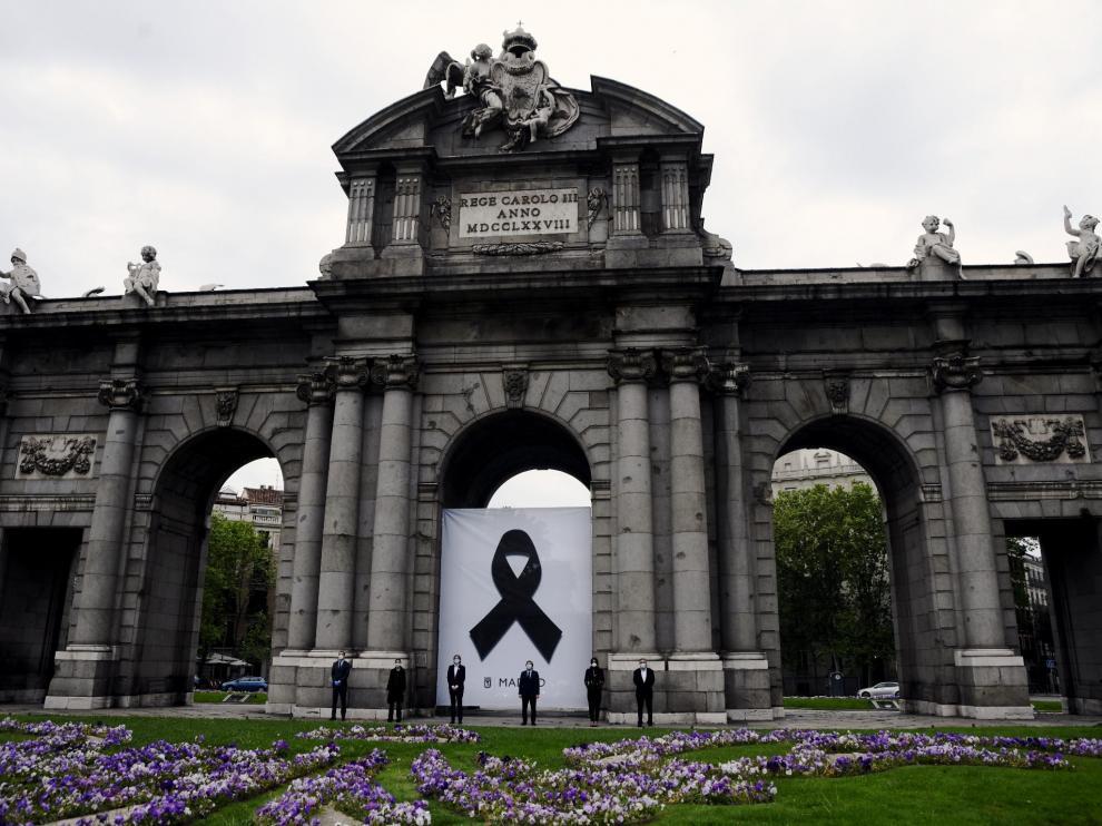 Minuto de silencio de las autoridades en la Puerta de Alcalá de Madrid.