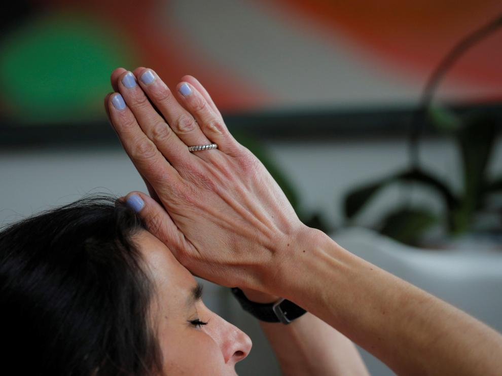 """Yoga teacher Rebecca Pacheco, author of """"Do Your Om Thing,"""" leads an online yoga class attended by people around the world from her home amid the coronavirus disease (COVID-19) outbreak in Boston, Massachusetts, U.S., April 10, 2020. REUTERS/Brian Snyder [[[REUTERS VOCENTO]]] [[[HA ARCHIVO]]] HEALTH-CORONAVIRUS/USA"""