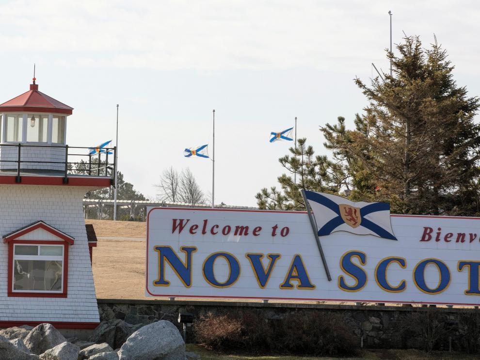 Banderas a media asta en la frontera entre New Brunswick y Nueva Escocia por la masacre.