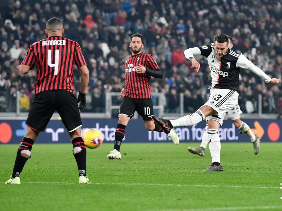 Partido Juventus-AC Milan de la Serie A italiana. Bernardeschi dispara a puerta.