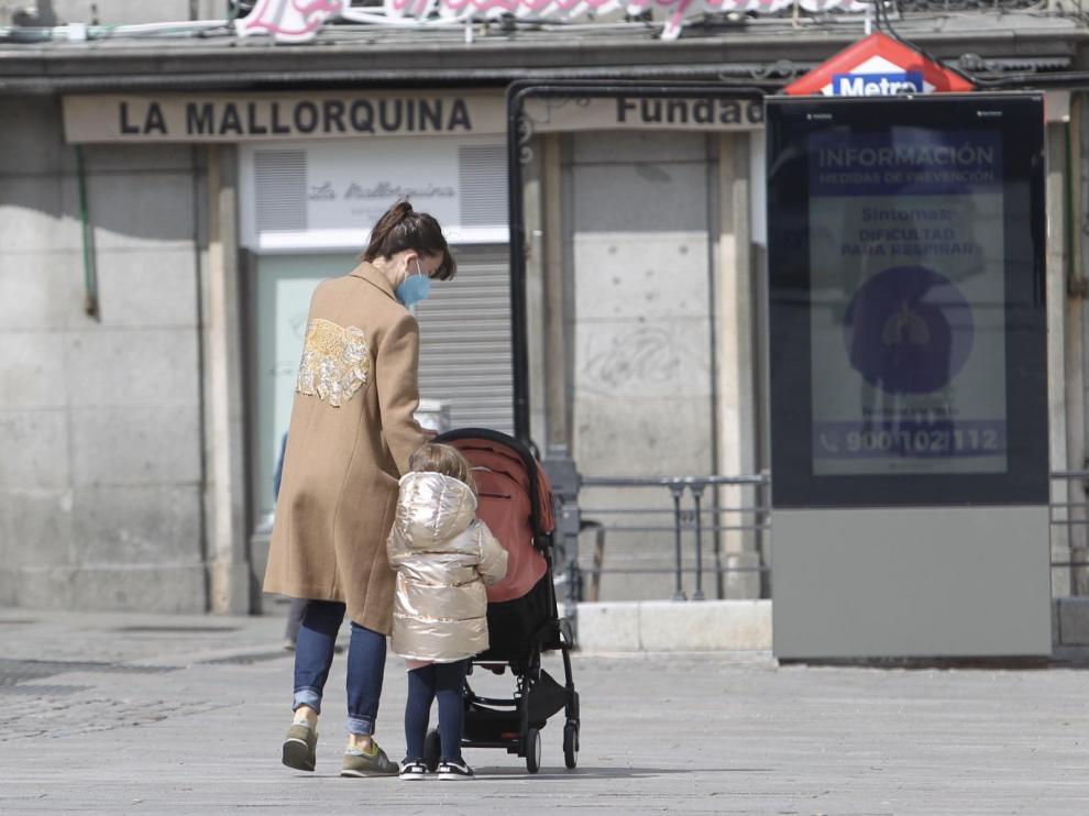 Una madre con sus hijos en Madrid durante el confinamiento.