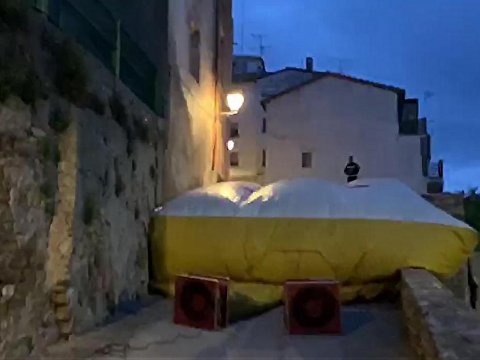 Colchón de salvamento de los bomberos del Ayuntamiento de Zaragoza en la fachada de la vivienda.
