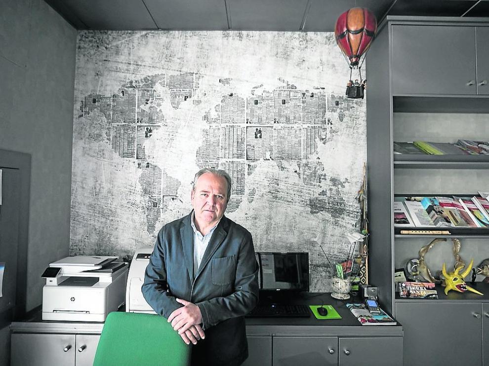 Jorge Moncada, en su agencia de viajes, en Residencial Paraíso.
