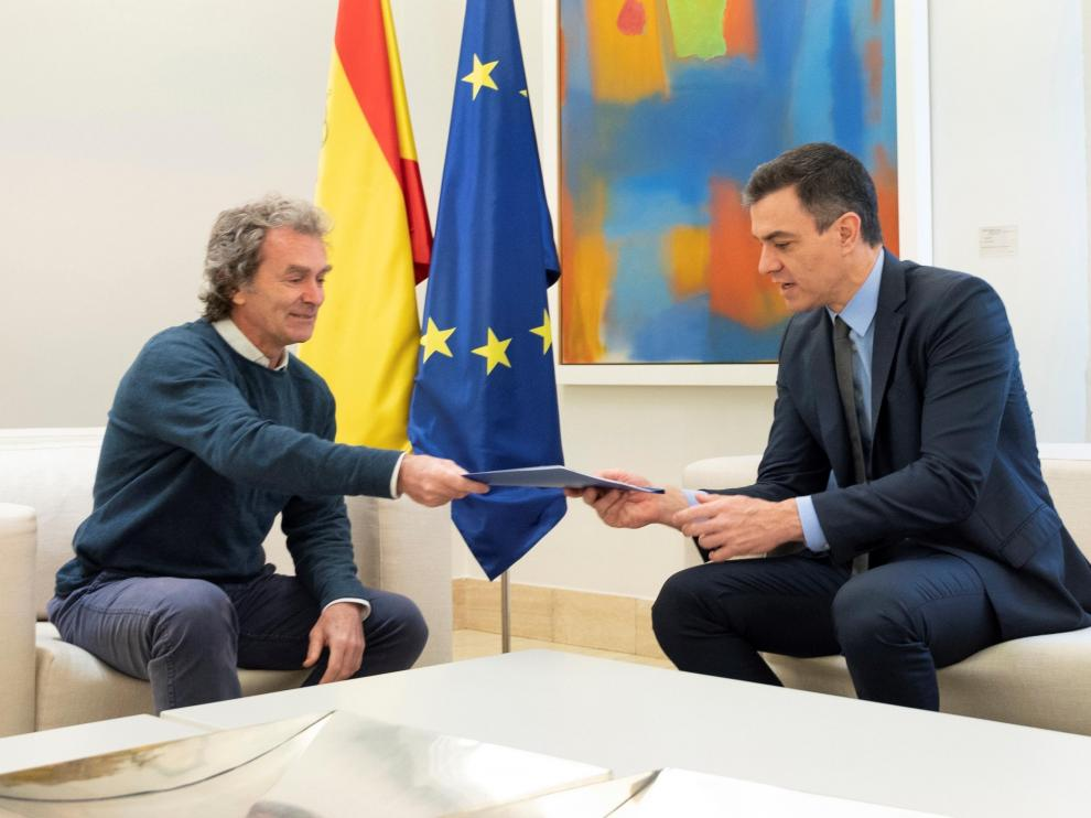Fernando Simón entrega a Pedro Sánchez el informe de los expertos sobre la desescalada.