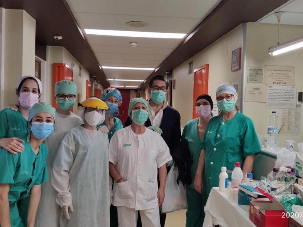 Arturo Aliaga rodeado de personal sanitario del hospital Clínico de Zaragoza