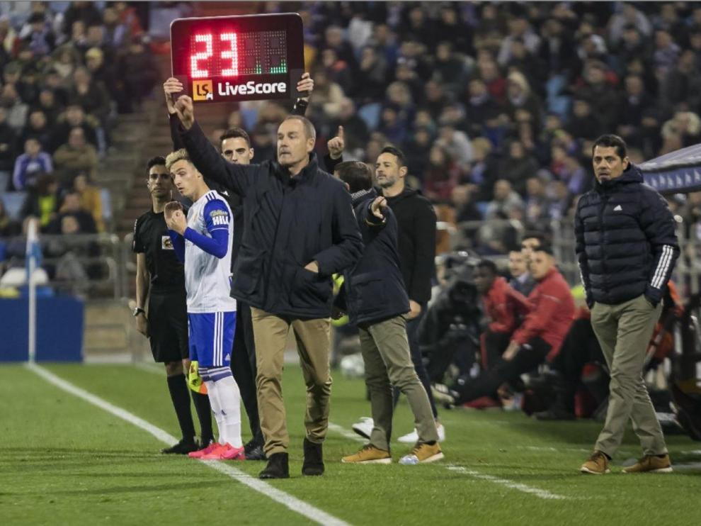 Momento en el que Blanco va a sustituir a Kagawa en uno de los últimos partidos disputados por el Real Zaragoza en La Romareda.