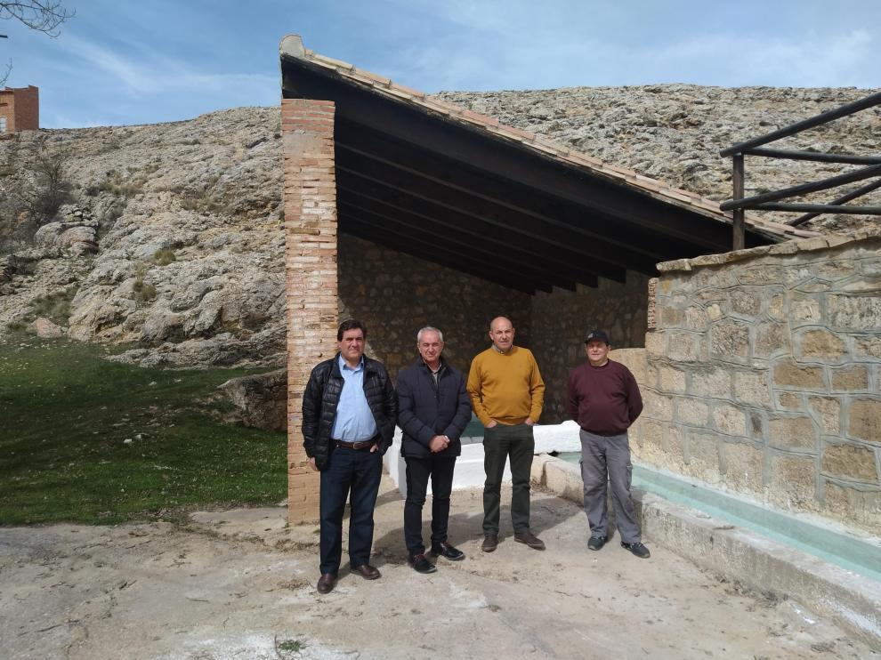 El presidente y vicepresidente de la Comunidad de Teruel, con alcalde y un operario contratado en Cañada Vellida.