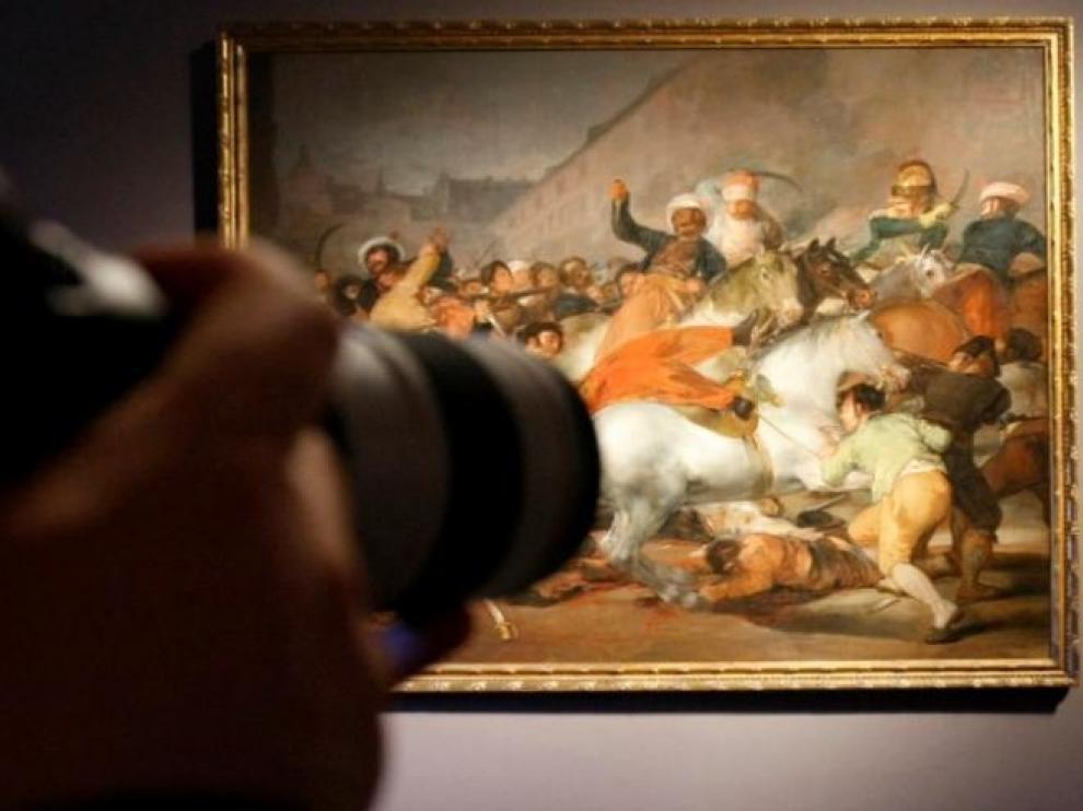 Una cámara delante del '2 de mayo' de Goya.