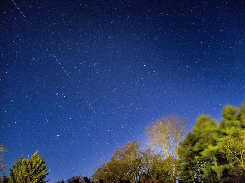 SpaceX Starlink 5 satellites are pictured in the sky seen from Svendborg on South Funen, Denmark April 21, 2020. Picture taken with long exposure. Ritzau Scanpix/Mads Claus Rasmussen via REUTERS ATTENTION EDITORS - THIS IMAGE HAS BEEN SUPPLIED BY A THIRD PARTY. DENMARK OUT. NO COMMERCIAL OR EDITORIAL SALES IN DENMARK [[[REUTERS VOCENTO]]] SPACE-EXPLORATION/SPACEX