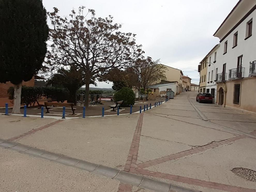 Una de las calles de la localidad completamente desierta por el confinamiento