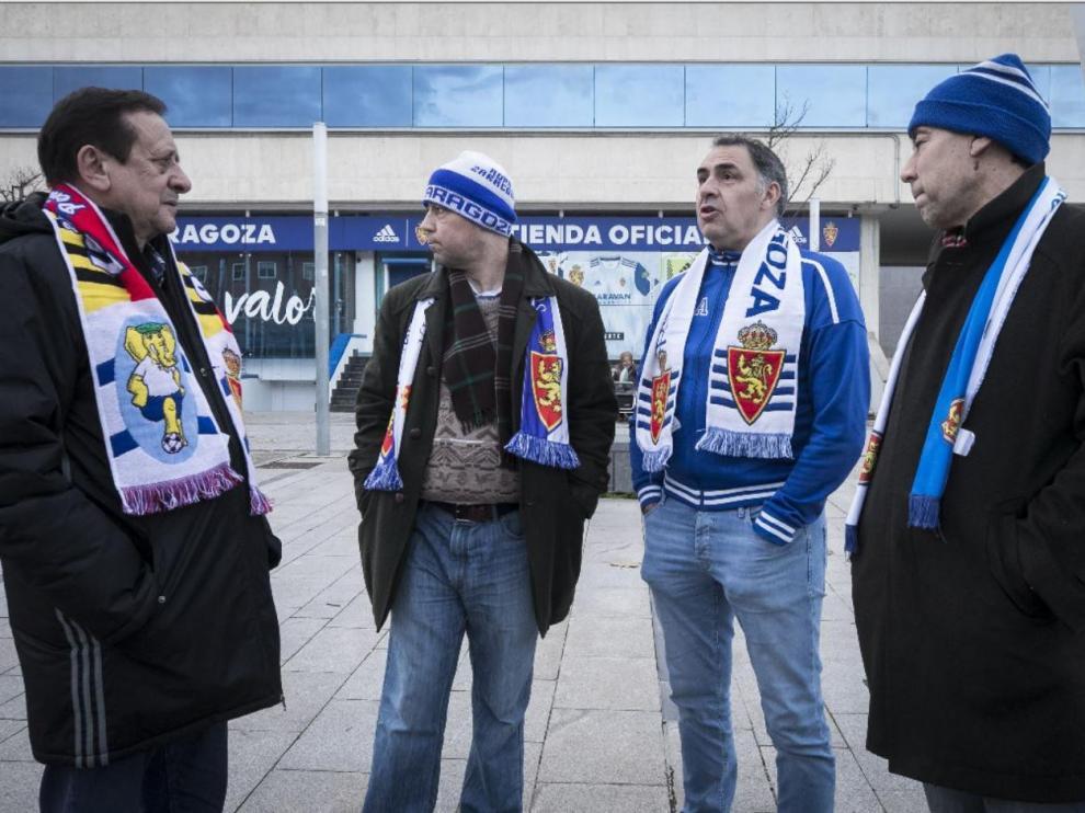 Vicente Casanova, segundo por la derecha, junto con otros peñistas (Carlos Asín y los hermanos Sancho) en una fotografía tomada poco antes del parón de la competición para un reportaje en HERALDO sobre el Real Zaragoza invicto y lanzado en la segunda vuelta de la liga.
