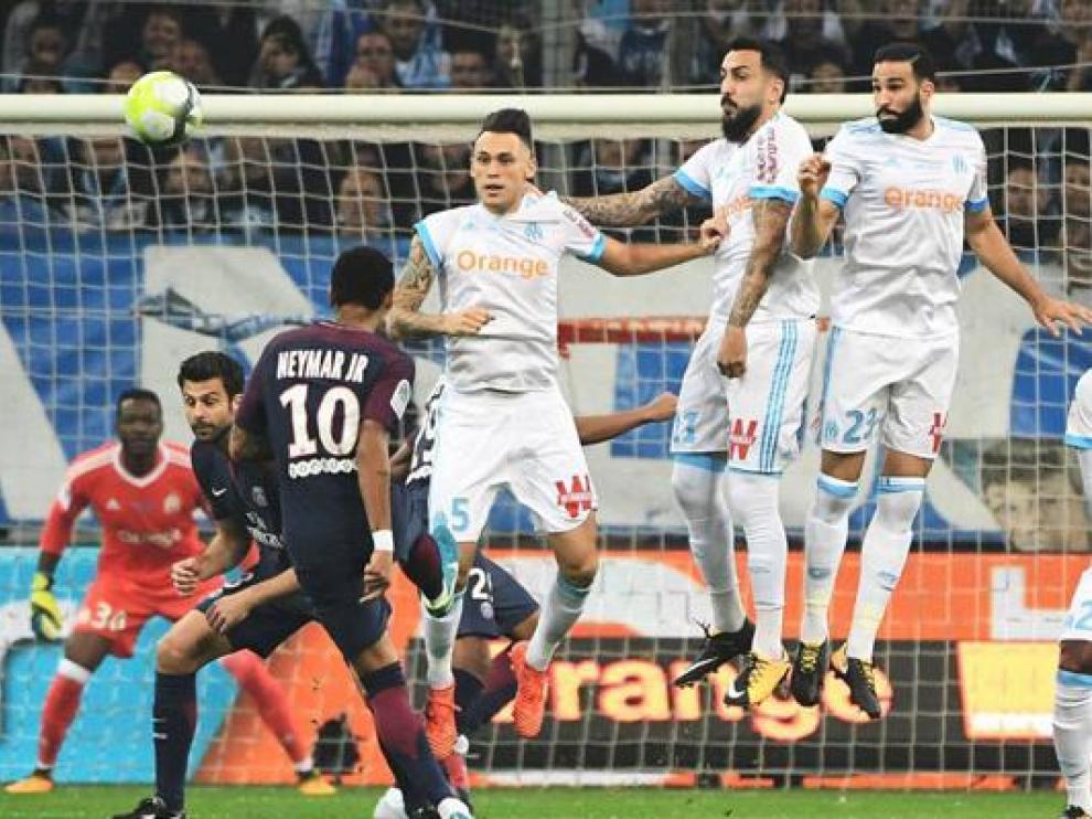 Neymar lanza una falta directa en el partido Paris Saint-Germain-Olympique Marsella de esta temporada ya concluida sin finalizarse todos sus partidos.