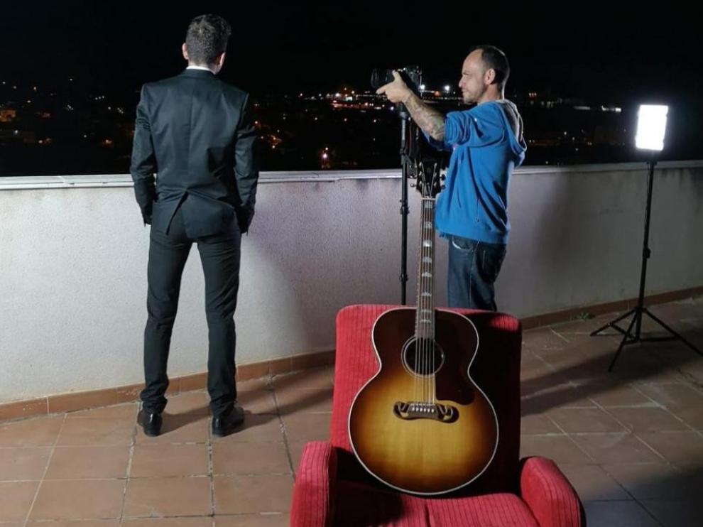 Roberto Isasi durante la grabación de su nuevo videoclip.