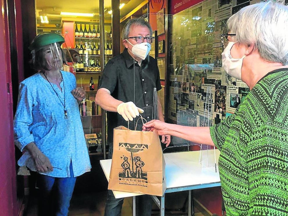 Paco Goyanes y Ana Cañellas, dueños de Cálamo, saludan a Dolores, primera clienta.