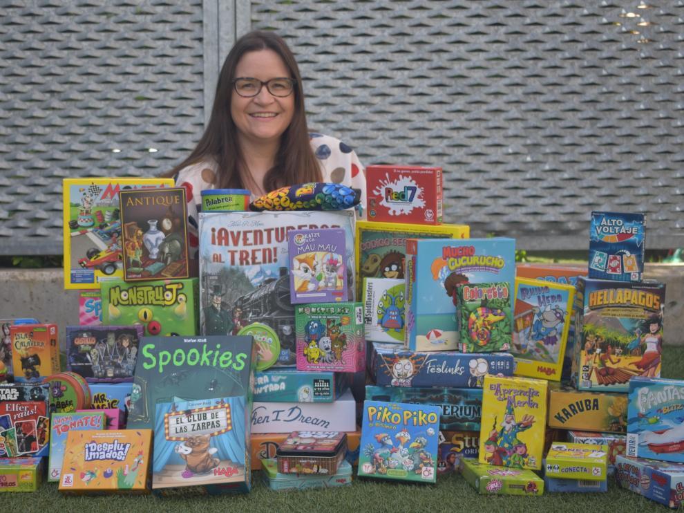 La profesora Yoly Pérez con decenas de juegos de mesa.