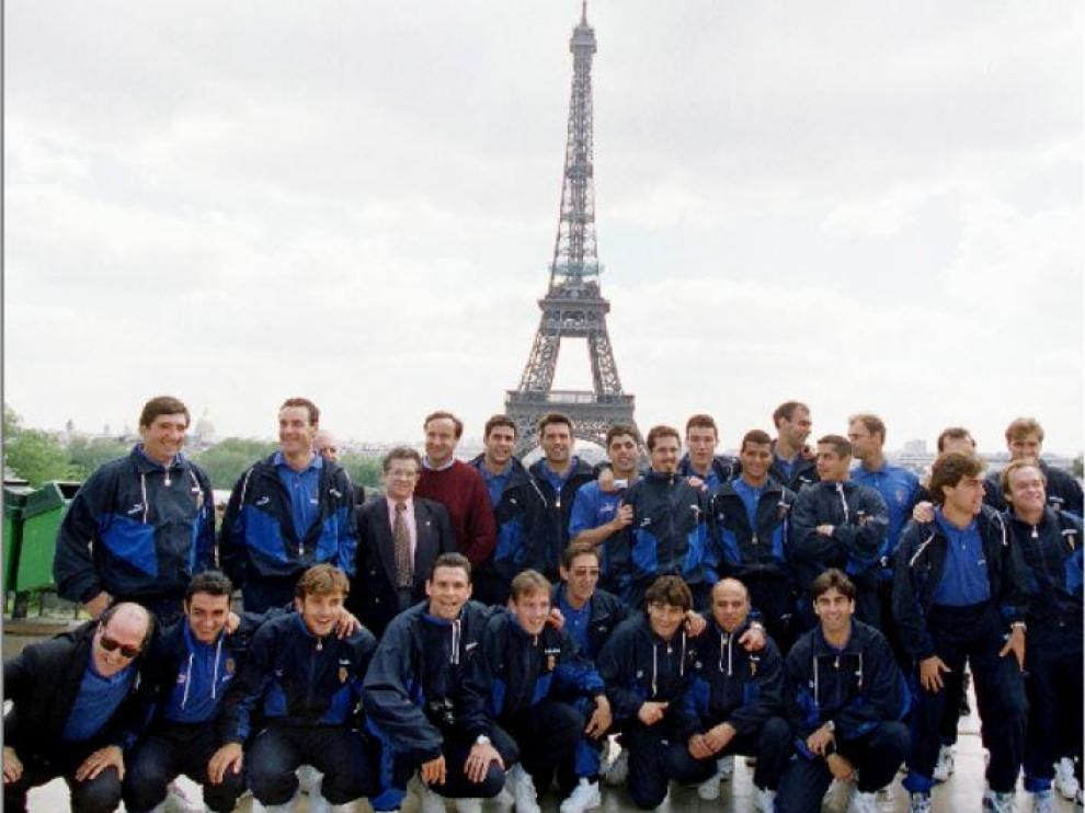 La expedición del Real Zaragoza a la final de la Recopa, en el Trocadero con la Tour Eiffel de fondo, horas antes de la disputa del partido ante el Arsenal en París.