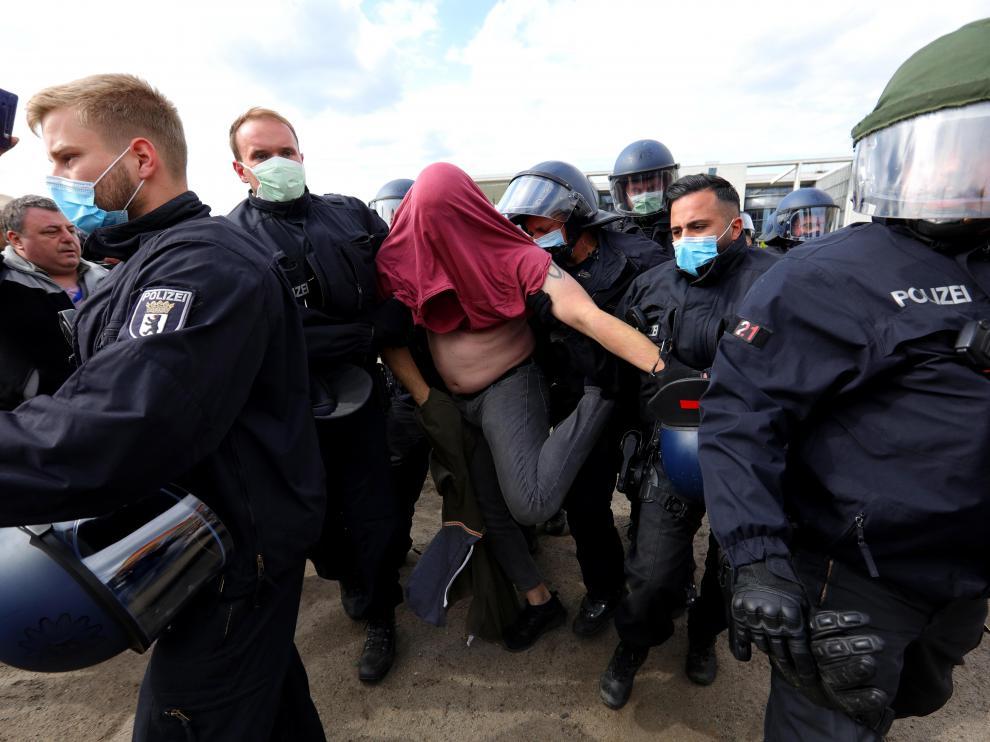 La Policía detiene a una persona en una concentación ultra frente al Reichtag, en Berlín.