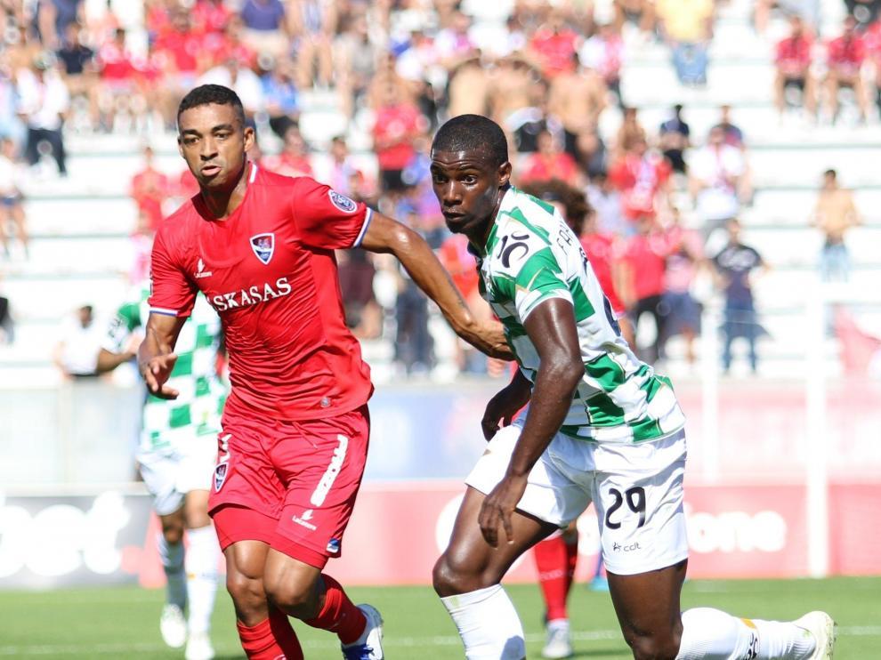 Fabio Abreu, a la derecha, con la camiseta verdiblanca del Moreirense.